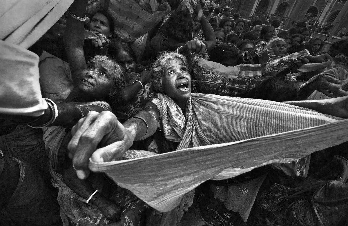 To Catch a Blessing, © Apurba Mallick, India, «General — Black & White» Category, 1st prize winner, Hamdan International Photography Award - HIPA
