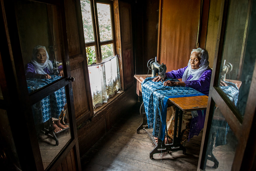 Elderly and Sewing Machine, © Teo Liak Song, Second Prize, Ikei Photo Contest