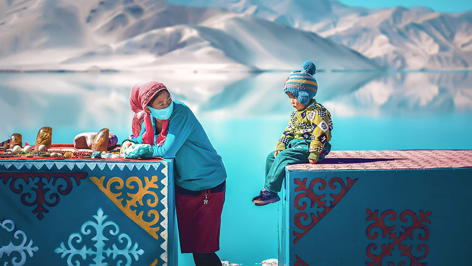 Kyrgyz Mom and Kid Selling Stones, © Ji YanHao, 3rd Prize, Nikon Photo Contest