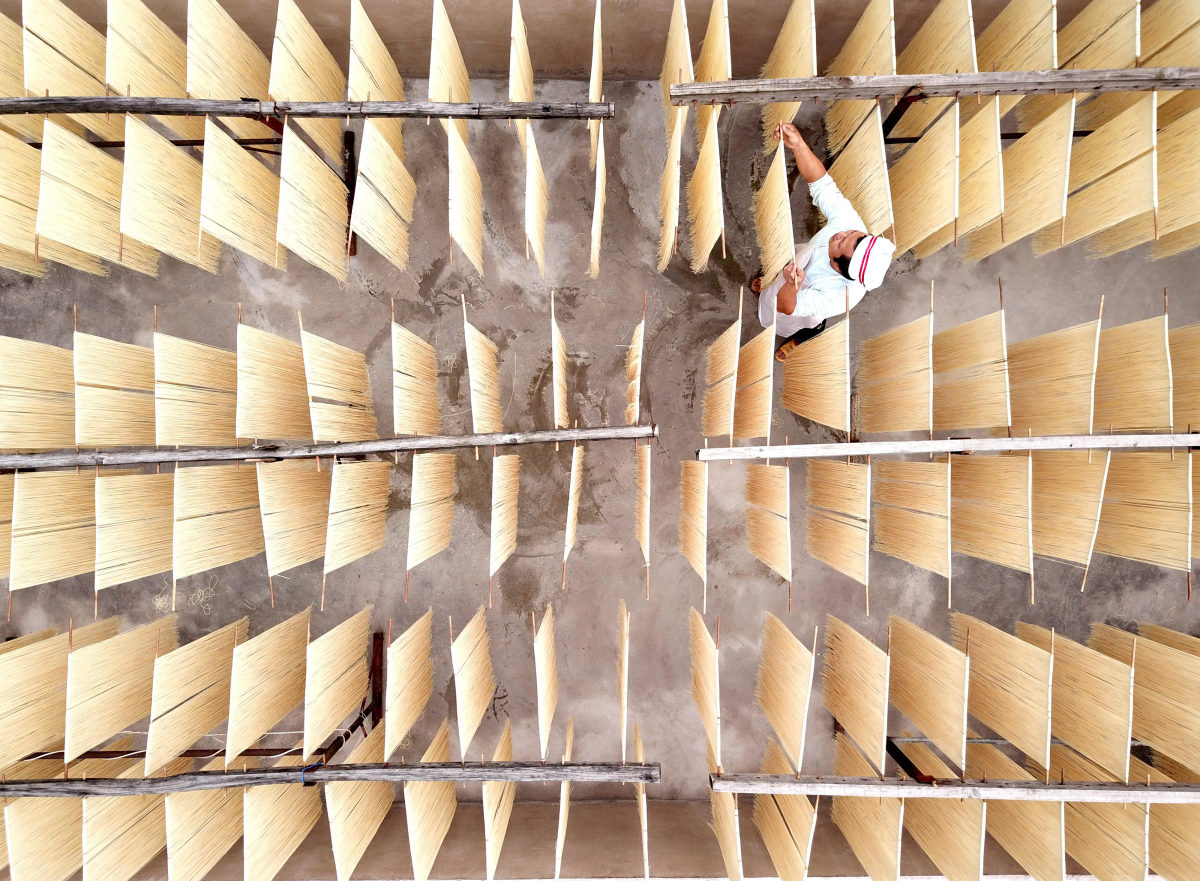 Hanging up Noodles, © 菜鸟视觉, Third Prize Portrait Enthusiast Group, SkyPixel Photo Contest
