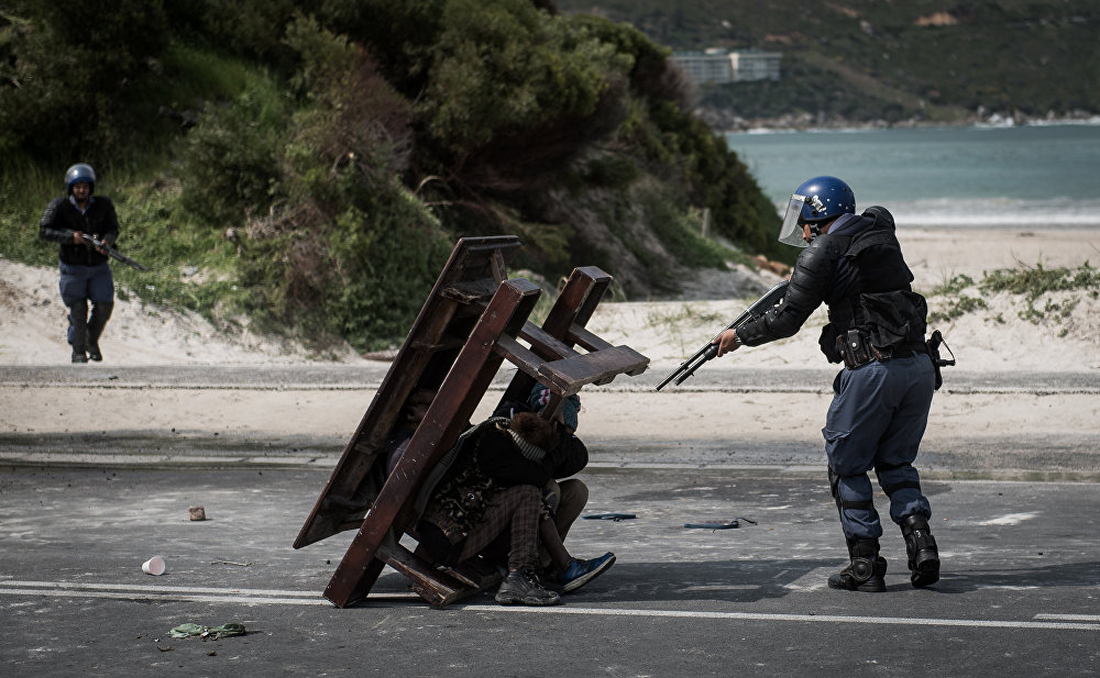 Stand Off, © Justin Sullivan, South Africa, 1st place : Top News : Single, Andrei Stenin International Press Photo Contest