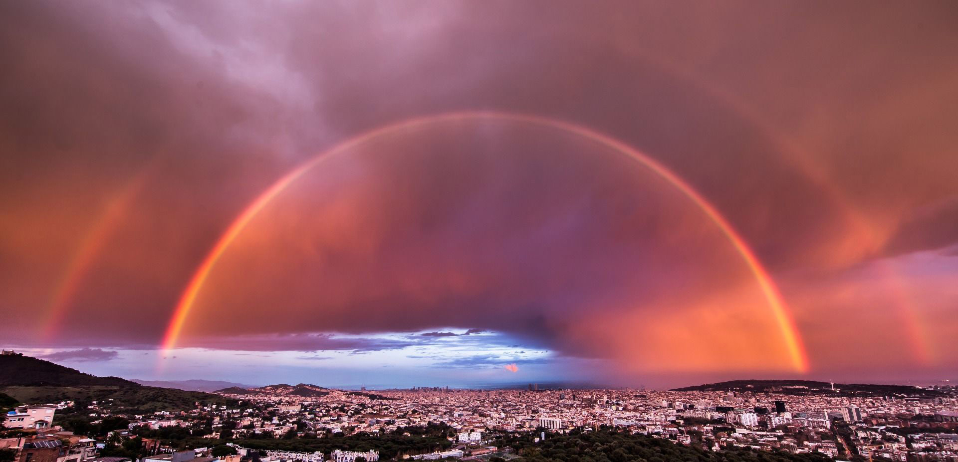 Doble Arco Iris sobre Barcelona al atardecer, © Carlos Castillejo, Weather Photographer of the Year