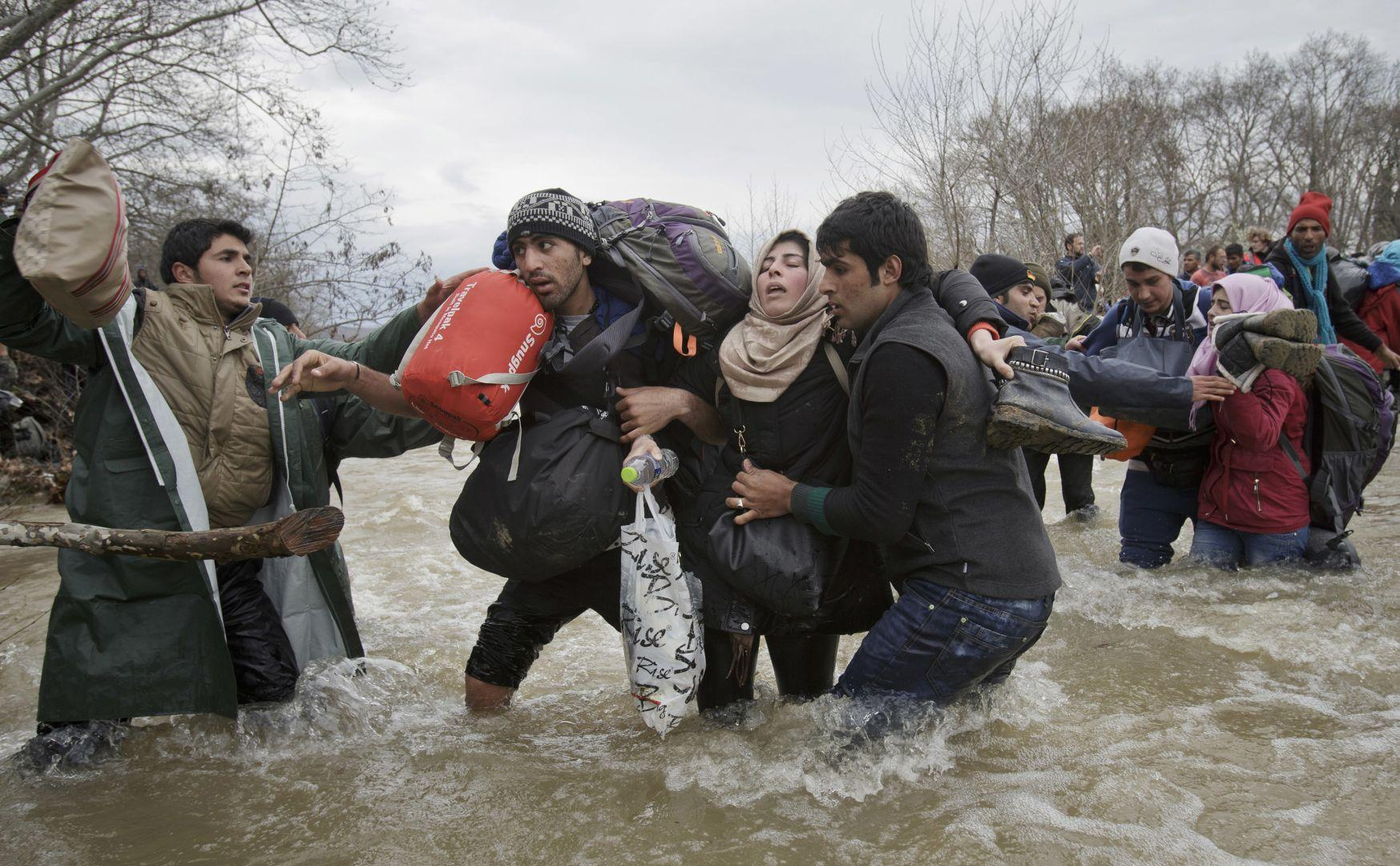 Migrant Crossing, Vadim Ghirda, Romania, The World Press Photo Contest
